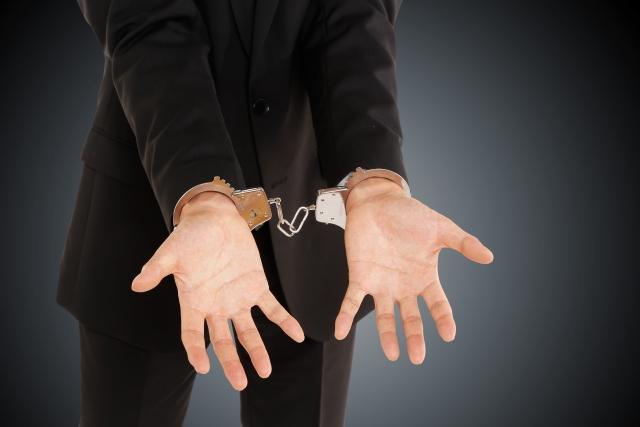 手錠をかけられた手